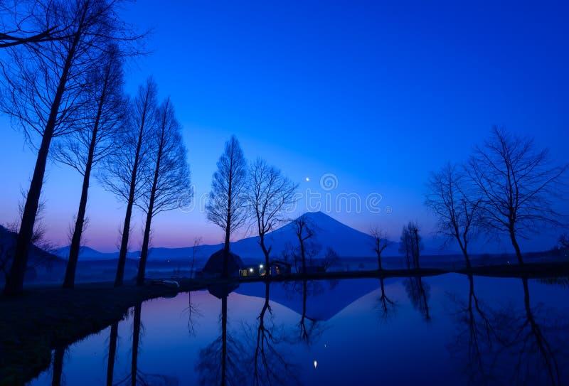 MT Fuji en een kleine vijver bij dageraad royalty-vrije stock foto