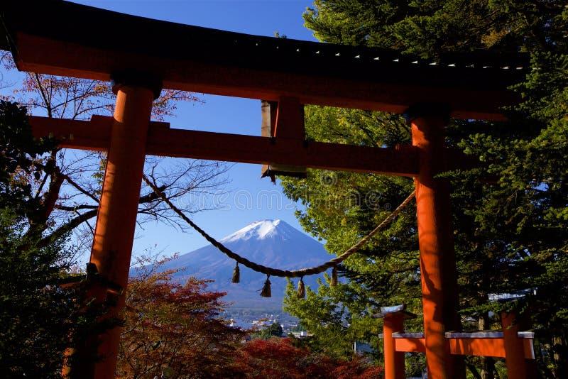Mt Fuji i höstsikten från en torii royaltyfri fotografi