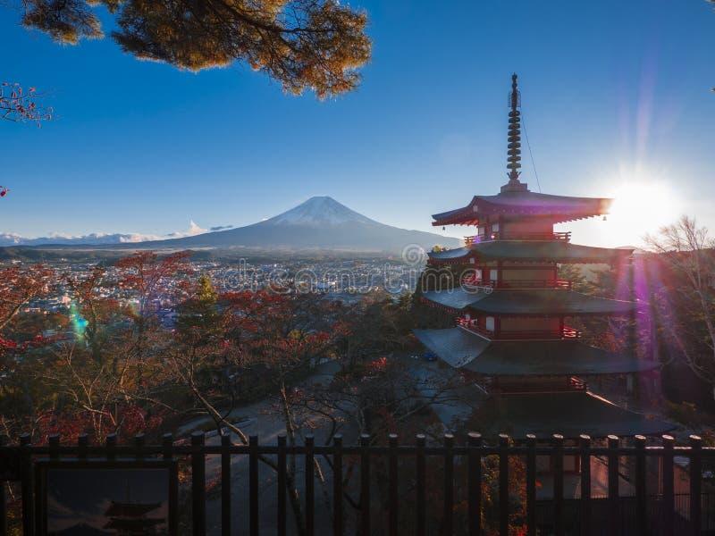 Mt Fuji i jawna świątynia z spadek jesienią barwimy w Japonia Hakone Izu, klon/ zdjęcia royalty free