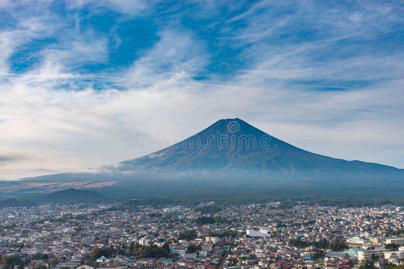 Mt Fuji i sommar med moln, blå himmel och staden nära foten av berget från synvinkel royaltyfri bild