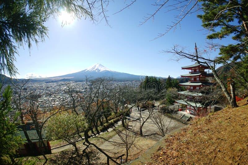 Mt Fuji Japan beskådade från den Chureito pagoden i hösten royaltyfri foto