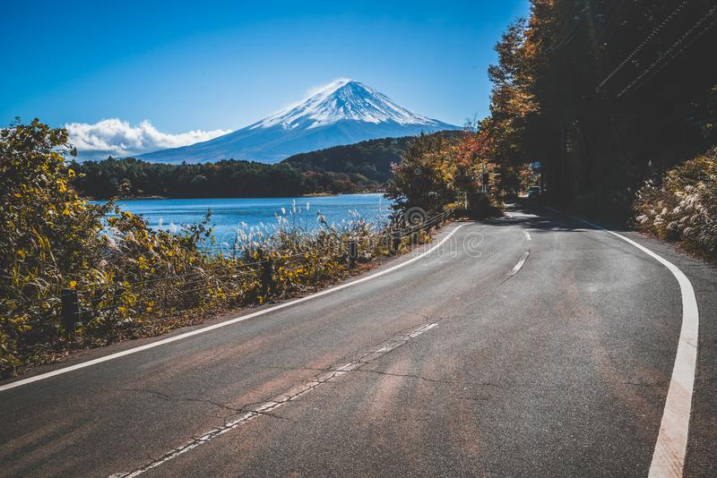 MT Fuji in Japan en weg bij Meer Kawaguchiko stock foto's