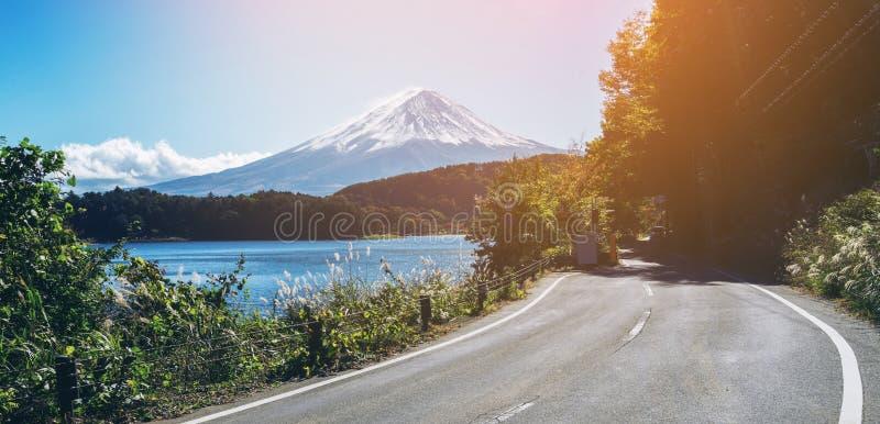 MT Fuji in Japan en weg bij Meer Kawaguchiko royalty-vrije stock afbeelding
