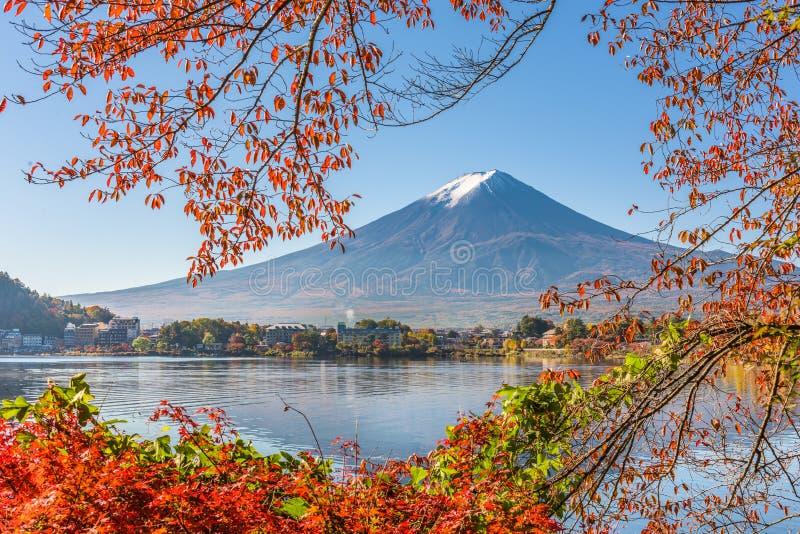 Mt Fuji Japan p? sj?n Kawaguchi med h?stl?vverk royaltyfria bilder
