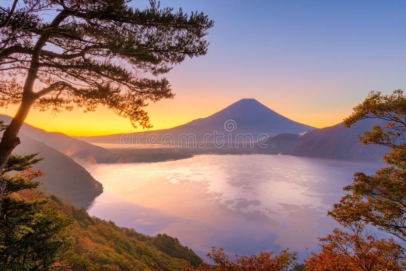 Mt Fuji, Japan am See Motosu stockfotos