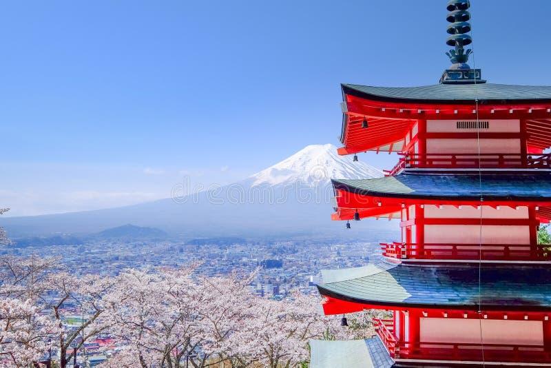 Mt Fuji med den röda pagoden i höst, Fujiyoshida, Japan royaltyfri foto