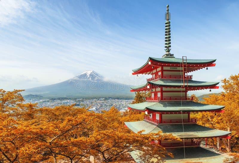 Mt Fuji med den röda pagoden på höstsäsongen i Japan arkivfoto