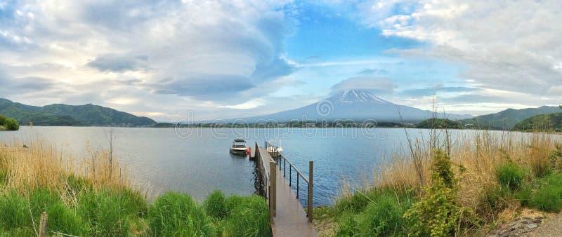 Mt Fuji med stormmolnen arkivbild