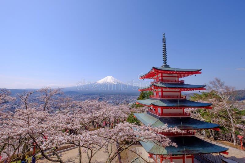 MT Fuji met rode pagode in de herfst, Fujiyoshida, Japan stock fotografie