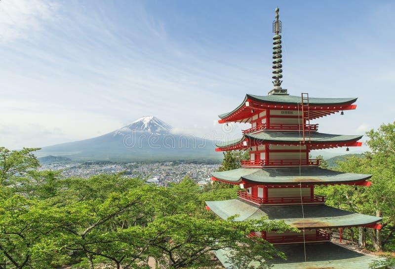 MT Fuji met rode pagode in de Lente, Fujiyoshida, Japan stock fotografie
