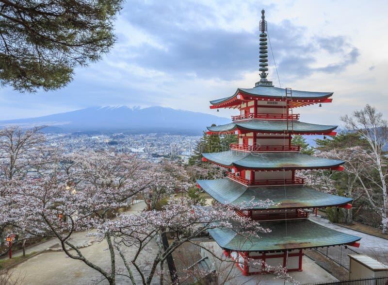 Mt.fuji met sakuravoorgrond bij Chureito-pagode royalty-vrije stock afbeelding
