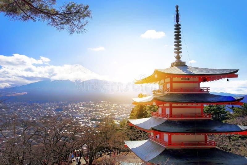 Mt Fuji mit roter Pagode im Winter, Fujiyoshida, Japan lizenzfreie stockbilder