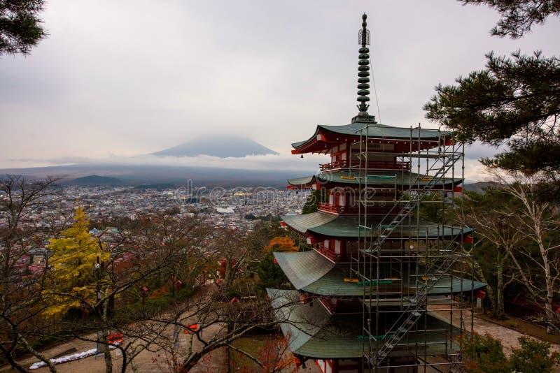 Mt Fuji och Chureito pagod på hösten royaltyfri bild