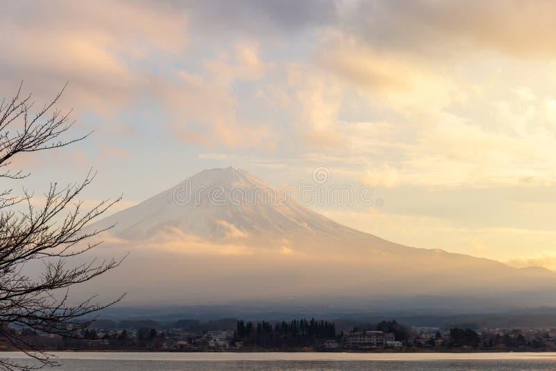 Mt Fuji och sjö Kawaguchi i solnedgång på Yamanashi, Japan fotografering för bildbyråer