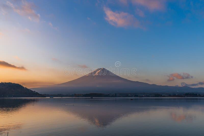 Mt Fuji refleja con agua en el lago Kawaguchi, Japón foto de archivo libre de regalías