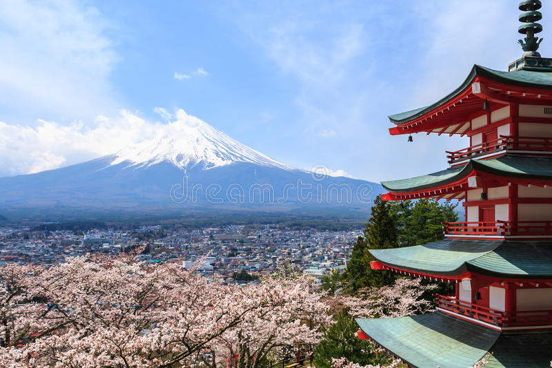 Mt Fuji a regardé par derrière la pagoda de Chureito ou la pagoda rouge photo stock