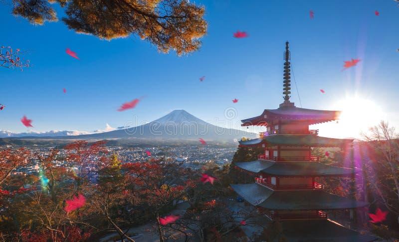 Mt Fuji und allgemeiner Tempel mit Fallherbstfarben in Japan Hakone Izu/Ahorn stockbild