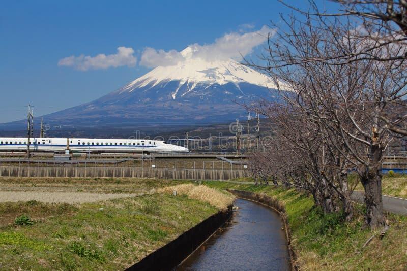 Mt Fuji und Tokaido Shinkansen lizenzfreie stockfotos