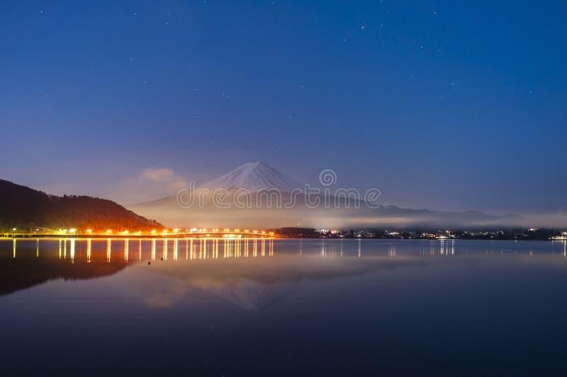 Mt Fuji w wczesnym poranku z odbiciem na jeziornym kawaguc zdjęcie royalty free