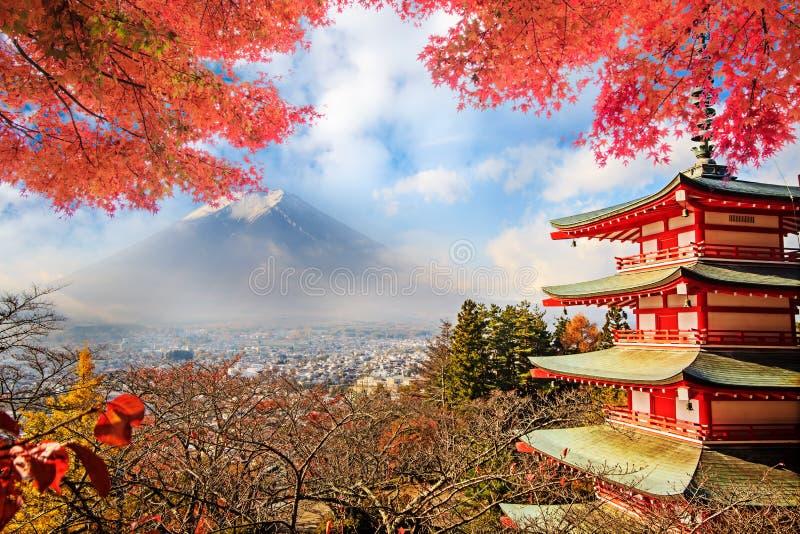 Mt Fuji z spadków kolorami w Japan zdjęcia royalty free