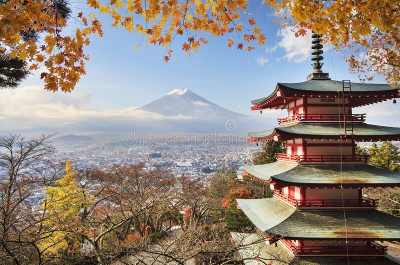 Mt Fuji z spadków kolorami w Japan obraz royalty free