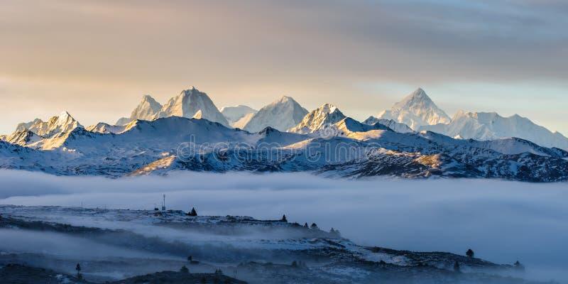 Mt Gongga przy świtem fotografia stock