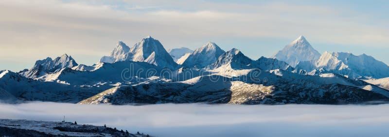 Mt Gongga sopra il mare delle nuvole fotografie stock