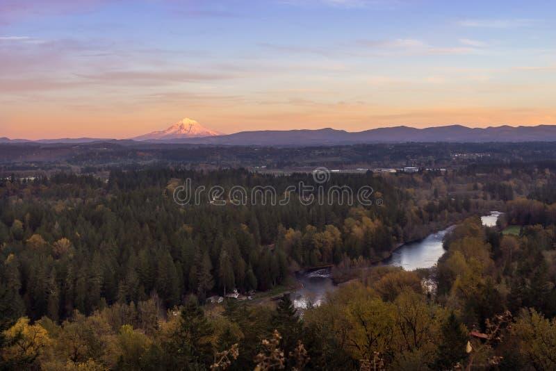 Mt Hauben- und Clackamas-Fluss im Herbstsonnenuntergang stockbilder