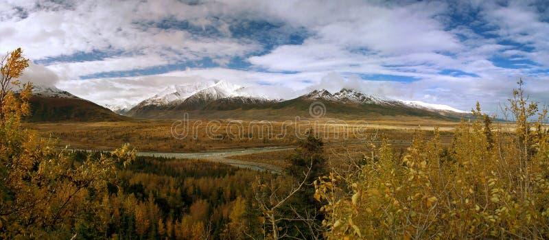 Mt. Hayes com o rio do delta em Alaska fotografia de stock royalty free