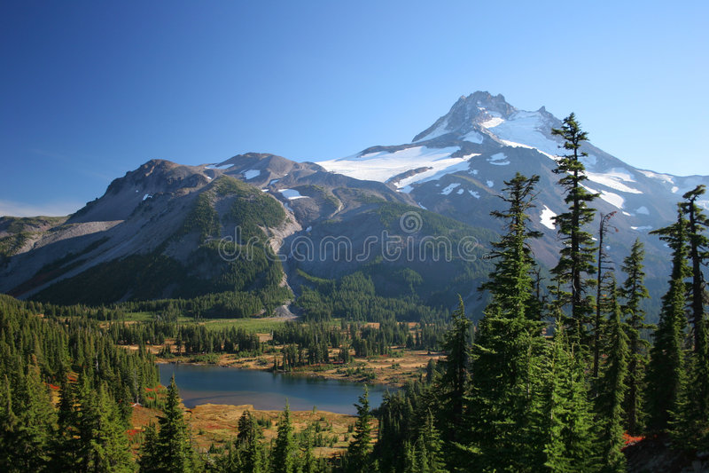 Mt Jefferson e lago Russell imagem de stock royalty free