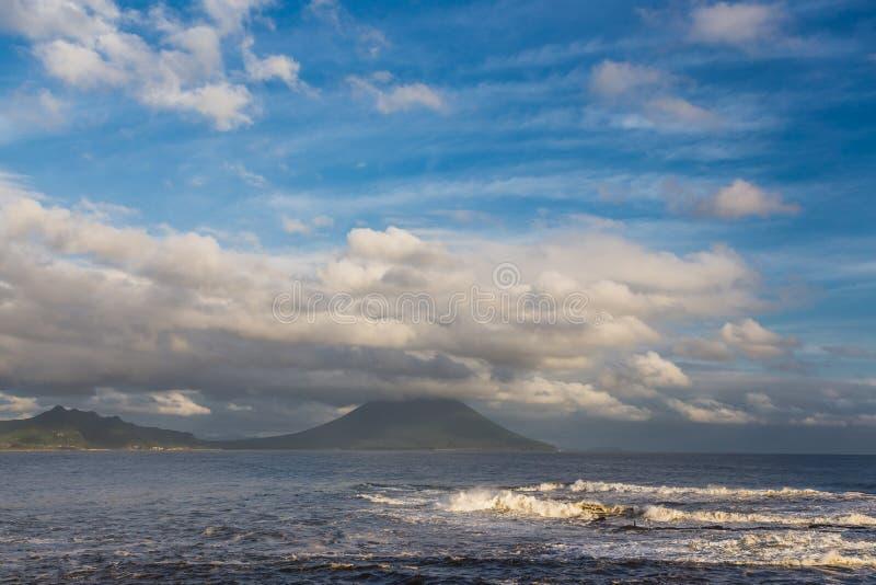 Mt Kaimon och härlig cloudscape i Kagoshima, Kyushu, Japan royaltyfri foto