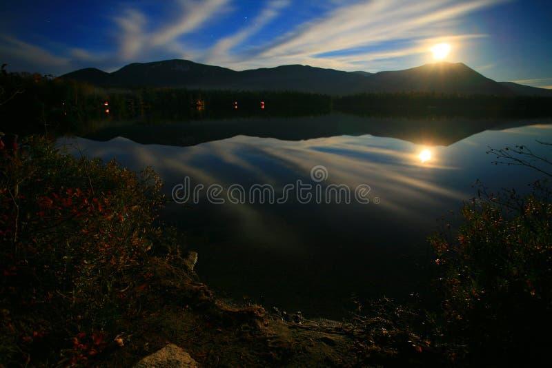 Mt Katahdin vom Niere-Teich lizenzfreies stockfoto