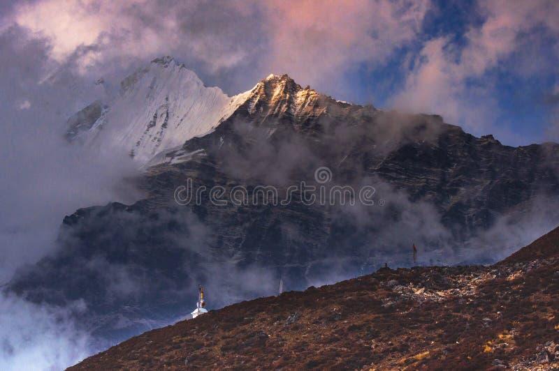 Mt Langtang Lirung no crepúsculo, Kyanjin Gompa, vale de Langtang, Nepal imagens de stock