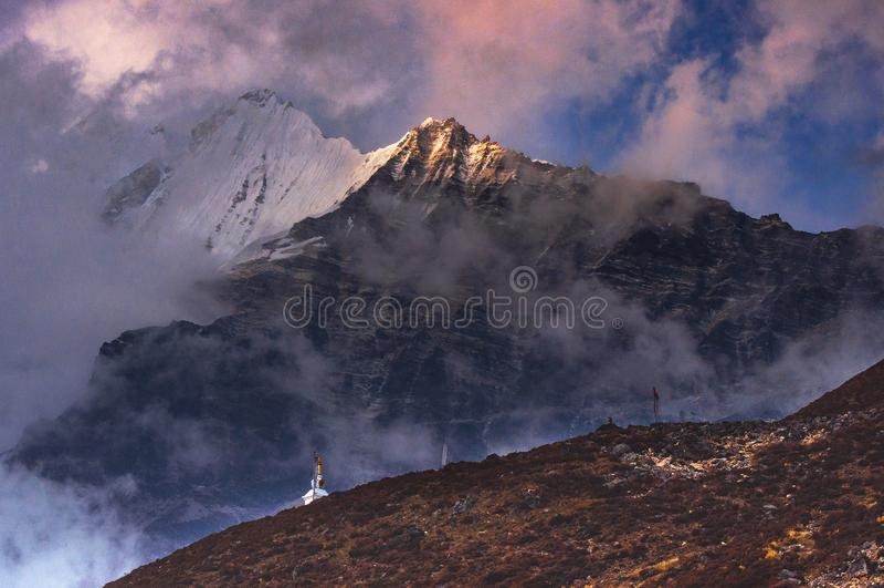 Mt Langtang Lirung przy półmrokiem, Kyanjin Gompa, Langtang dolina, Nepal obrazy stock