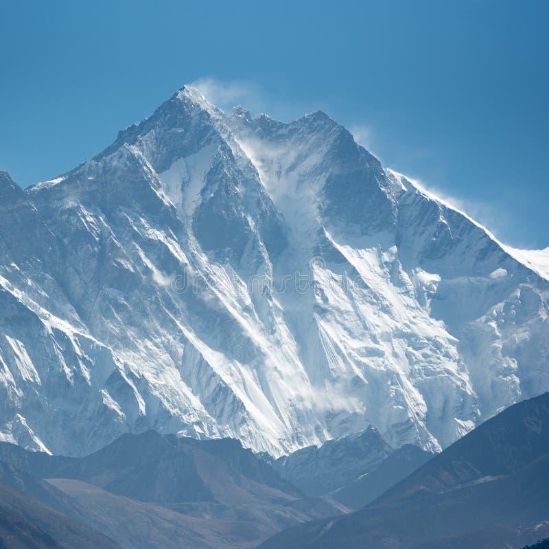 MT Lhotse op zonnige dag stock foto's