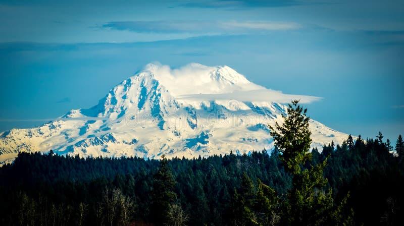Mt Más lluvioso en un día claro foto de archivo libre de regalías