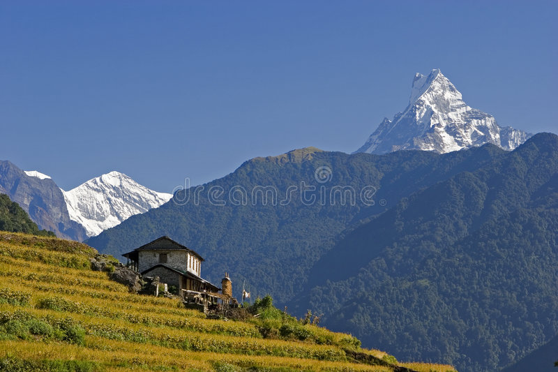 Mt. Machhapuchhare et village photographie stock