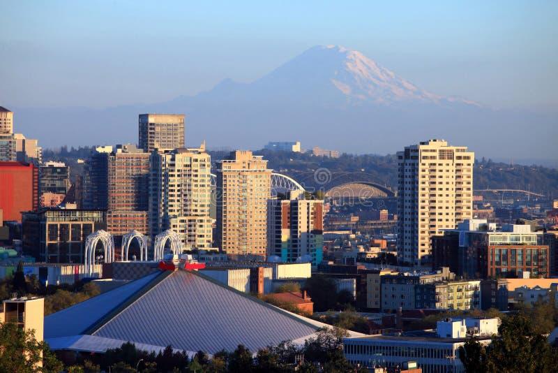 Mt. Mais chuvoso & edifícios em Seattle WA. imagem de stock royalty free