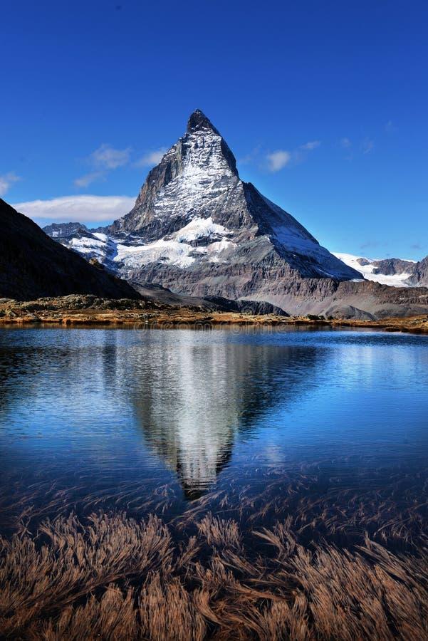 MT Matterhorn in Riffelsee-het Kanton van Meerzermatt van Vala wordt weerspiegeld die stock foto