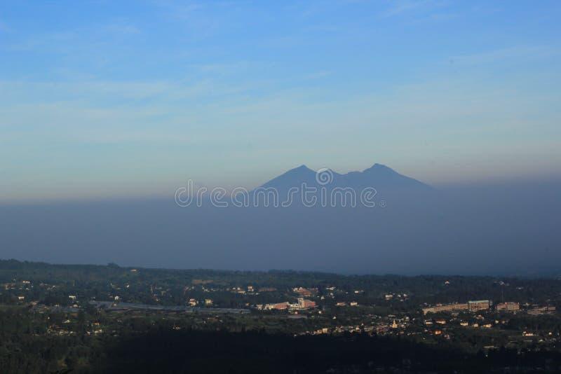 Mt Mattina del paesaggio di Salak, bogor, indonesiano fotografie stock