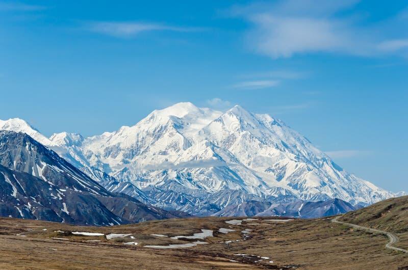 MT McKinley - hoogste berg in Noord-Amerika op een zonnige dag met blauwe hemel stock foto