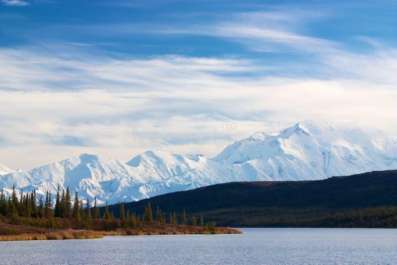 Mt. McKinley od Cud jeziora fotografia stock