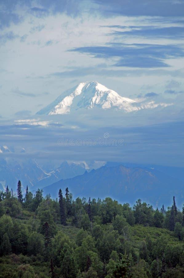 Mt McKinley steigt aus dem Nebel des frühen Morgens heraus stockbilder