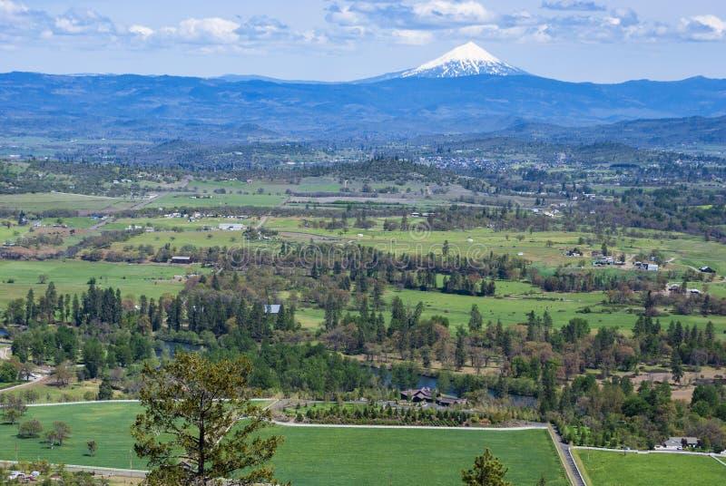 Mt McLoughlin i Oregon från tabellen vaggar royaltyfri bild