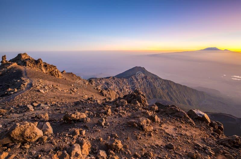 Mt Meru y Kilimanjaro en la salida del sol fotos de archivo libres de regalías