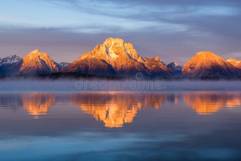MT Moran bij zonsopgang, Jackson Lake, het Nationale Park van Grand Teton stock foto