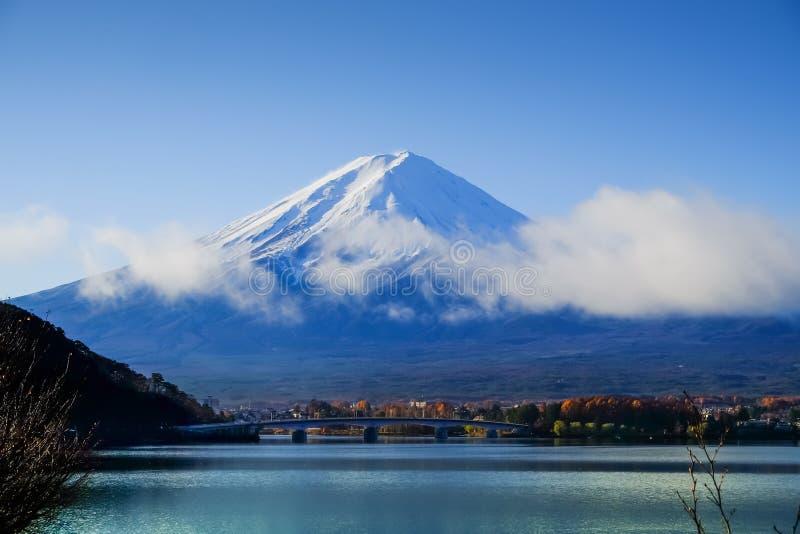 Mt Mount Fuji och höstlövverk på sjön Kawaguchi fotografering för bildbyråer