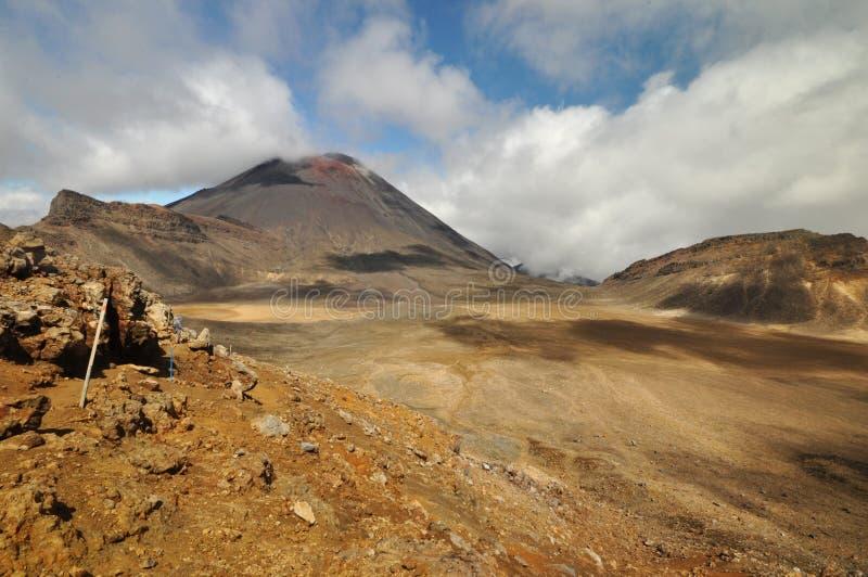 Mt Ngauruhoe dall'incrocio di Tongariro fotografie stock libere da diritti
