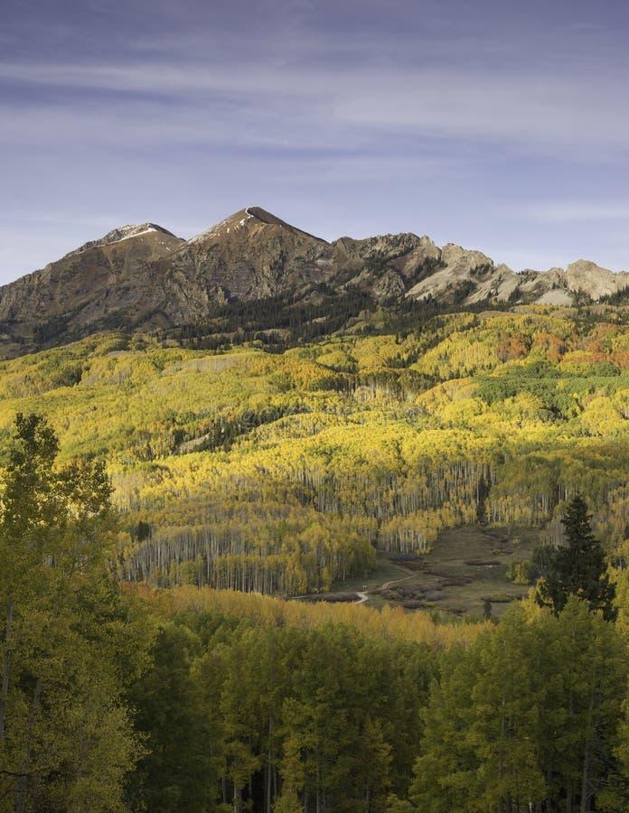 Mt Owen und Ruby Peak mit dem Ändern von Aspen stockfoto