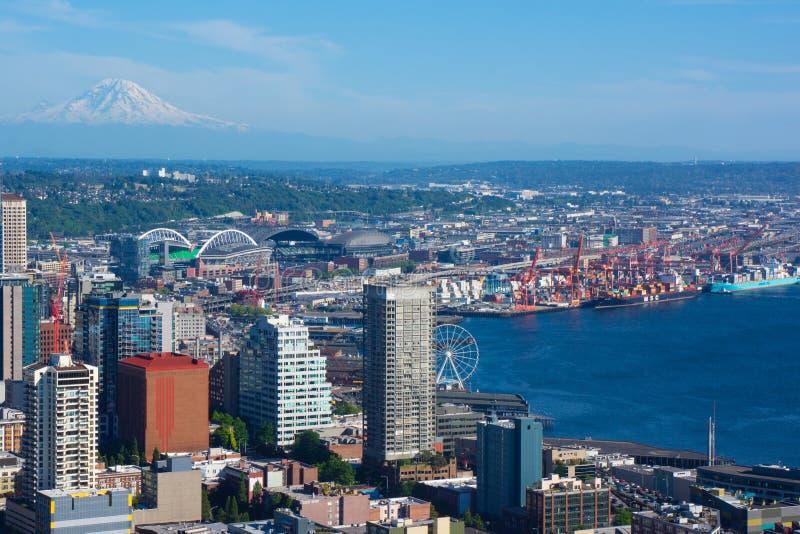 Mt più piovoso sopra il paesaggio di Seattle immagini stock libere da diritti